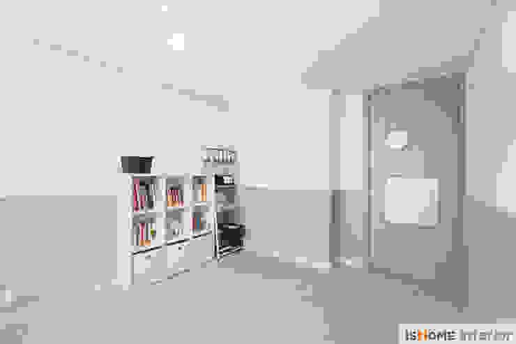 아늑함과 모던함이 동시에 느껴지는 34평 신혼집 모던스타일 미디어 룸 by 이즈홈 모던