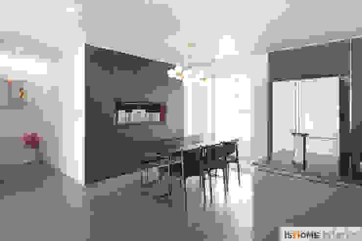 Столовая комната в стиле минимализм от 이즈홈 Минимализм