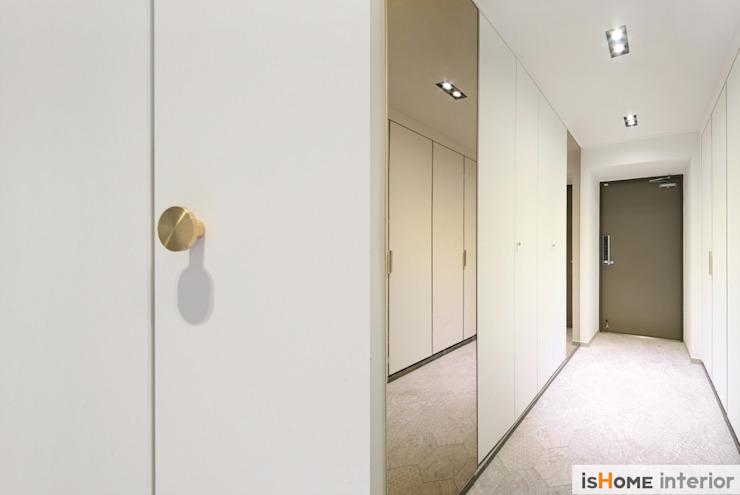 Коридор, прихожая и лестница в стиле минимализм от 이즈홈 Минимализм
