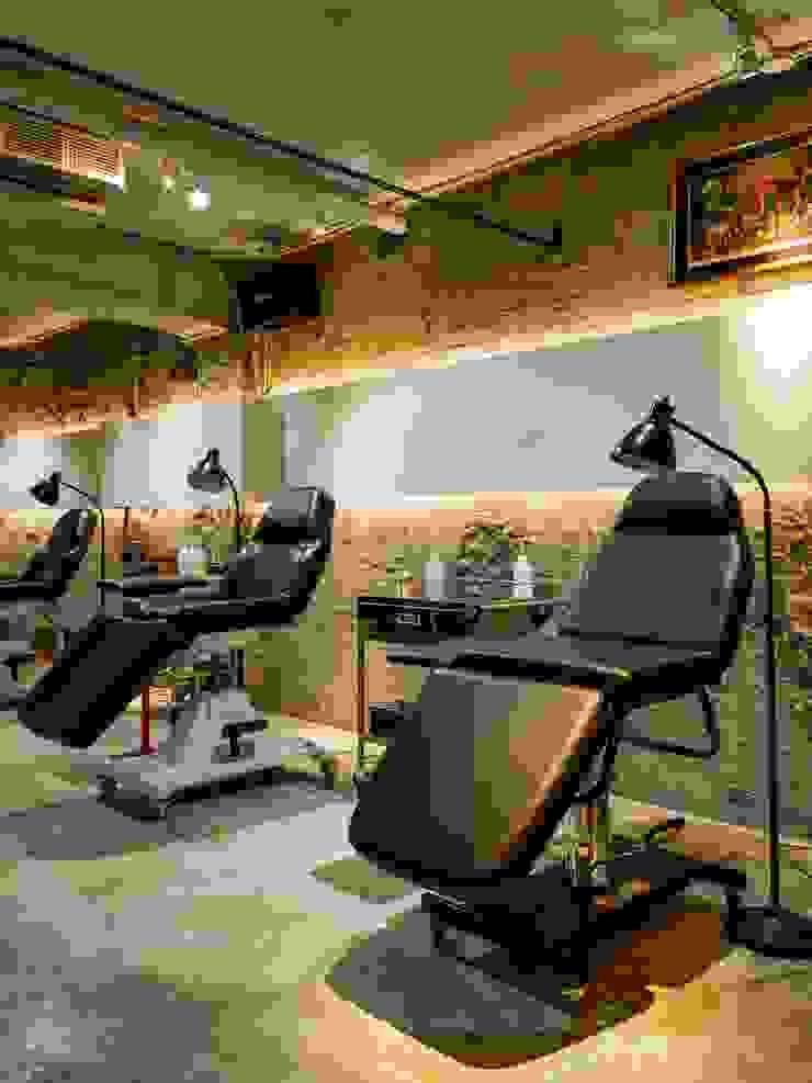 足夠的照明是刺青工作必備條件之一: 產業  by On Designlab.ltd, 工業風