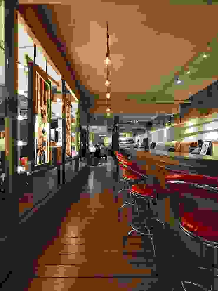 經過長廊才進入到私密的刺青工作空間: 產業  by On Designlab.ltd, 工業風