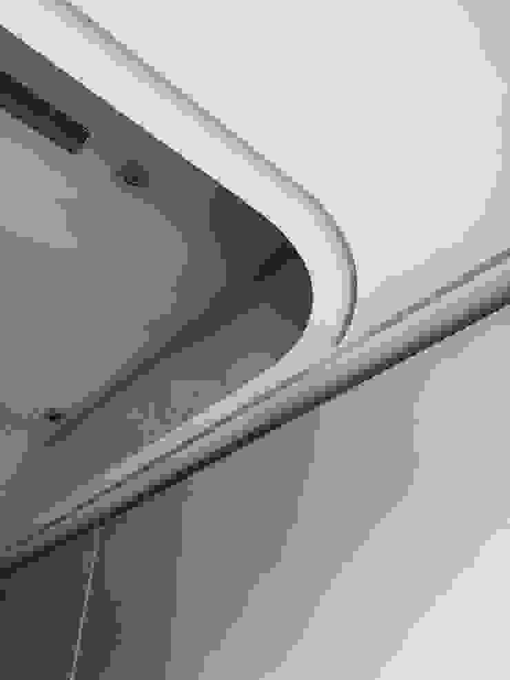 モダンな 壁&床 の On Designlab.ltd モダン