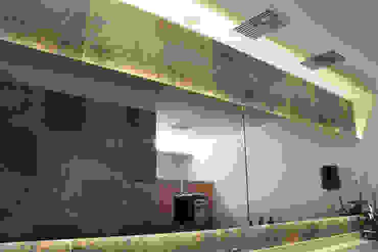 Espejo de baño iluminación 3 de homify Clásico