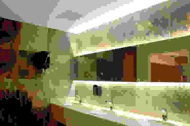 Iluminación espejo y lavamanos 2 de homify Clásico