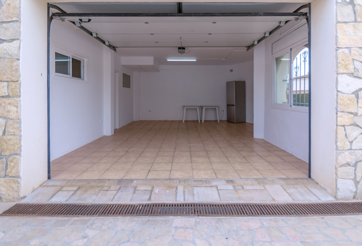 Nhà để xe/nhà kho phong cách Địa Trung Hải bởi Home Staging Tarragona - Deco Interior Địa Trung Hải