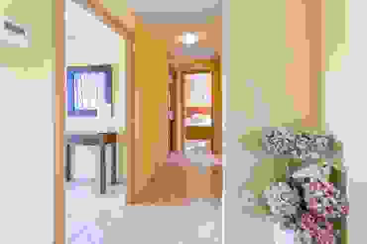 Hành lang, sảnh & cầu thang phong cách Địa Trung Hải bởi Home Staging Tarragona - Deco Interior Địa Trung Hải
