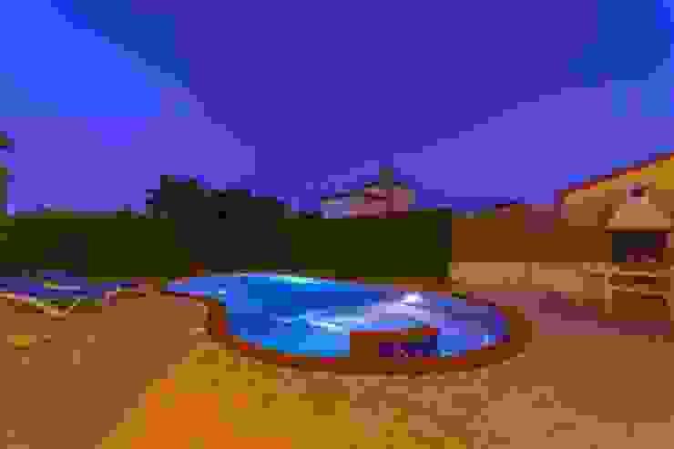 Hồ bơi phong cách Địa Trung Hải bởi Home Staging Tarragona - Deco Interior Địa Trung Hải