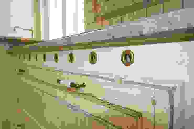 Cocinas de estilo mediterráneo de Villa Medici - Landhauskuechen aus Aschheim Mediterráneo Madera Acabado en madera