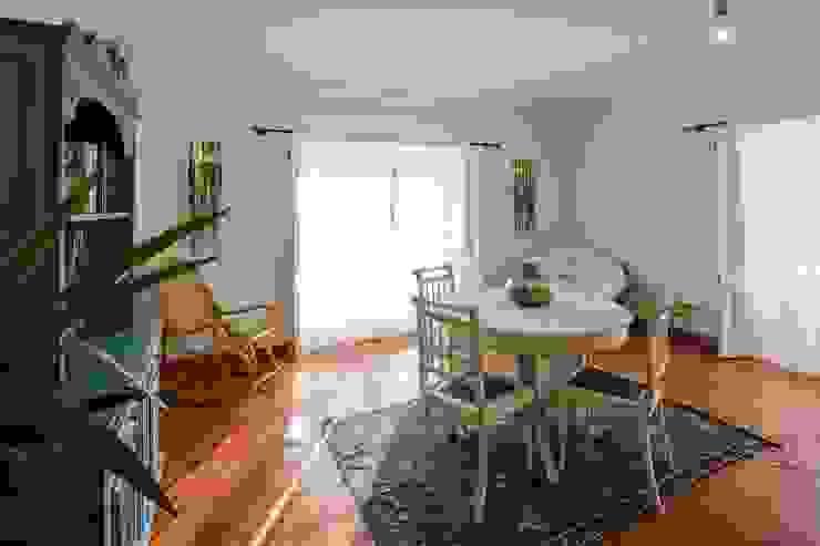 projeto de decoração de um alojamento local em Sintra – Quinta do Pé Descalço Officina Boarotto Salas de estar rústicas