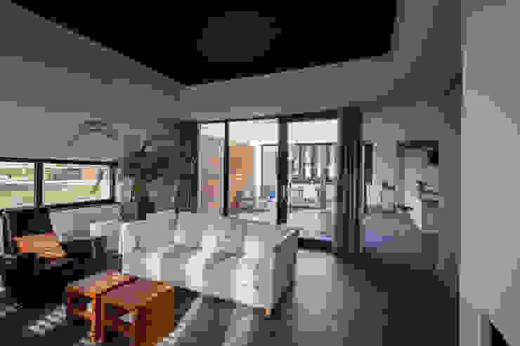 Patiowoning Tilburg Moderne woonkamers van Marc Melissen Architect Modern