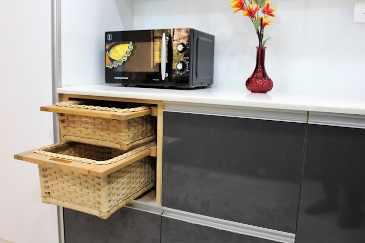 Added wicker baskets for utility and beauty Easyhomz Interiors Pvt Ltd Small kitchens Engineered Wood Grey