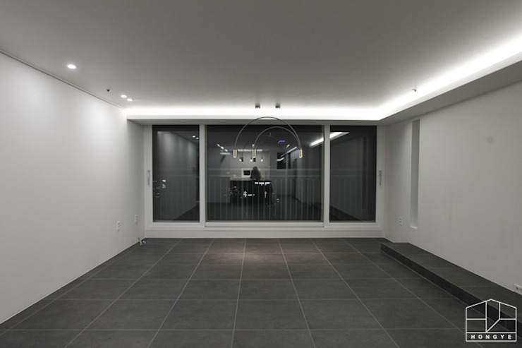 Salas / recibidores de estilo  por 홍예디자인,