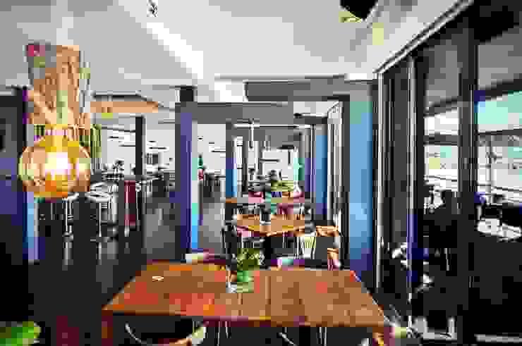 Projeto de decoração do Restaurante BBeach na Praia da Torre em Oeiras Salas de jantar rústicas por Officina Boarotto Rústico Madeira maciça Multicolor