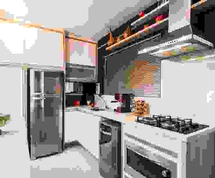 Cozinha em L: Armários e bancadas de cozinha  por Revisite,Moderno MDF
