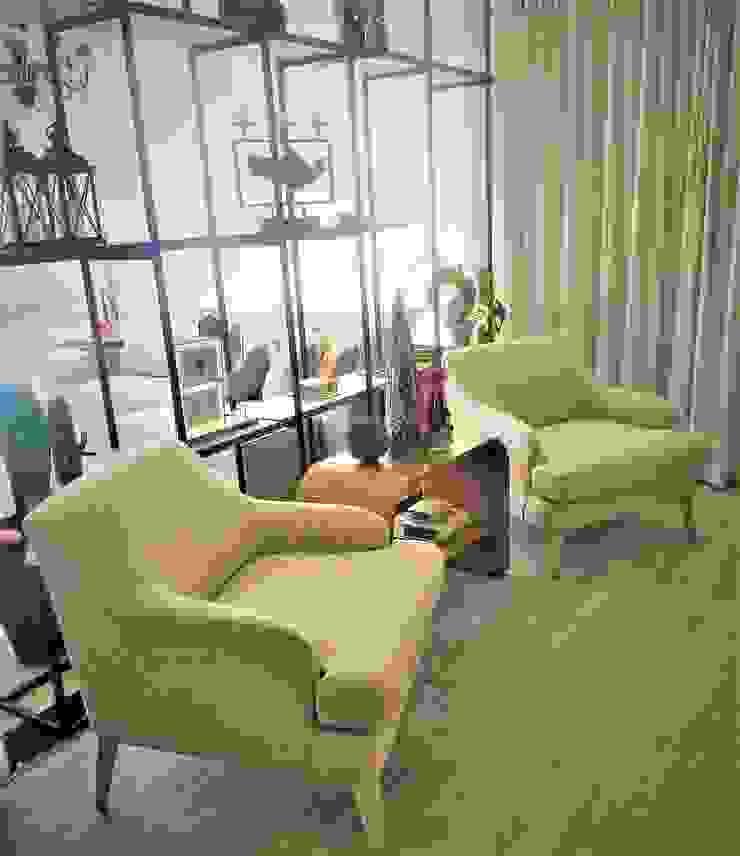 Poltronas Lindas em Linho, Modernas e Pés Estofados por Sgabello Interiores Moderno Algodão Vermelho