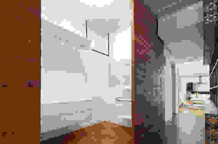 vestidor y pasillo Vestidores minimalistas de Daniel Cota Arquitectura | Despacho de arquitectos | Cancún Minimalista Madera Acabado en madera