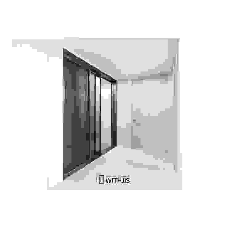 브론즈 싸틴 유리 적용 슬라이딩 도어 모던스타일 복도, 현관 & 계단 by WITHJIS(위드지스) 모던 알루미늄 / 아연