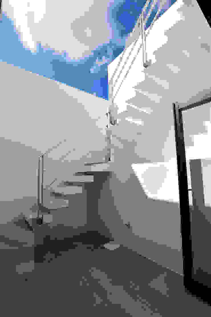屋上への階段(昼) Style Create 階段 鉄筋コンクリート 白色