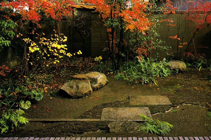 主屋前の庭 の 一級建築士事務所 ネストデザイン 和風 石
