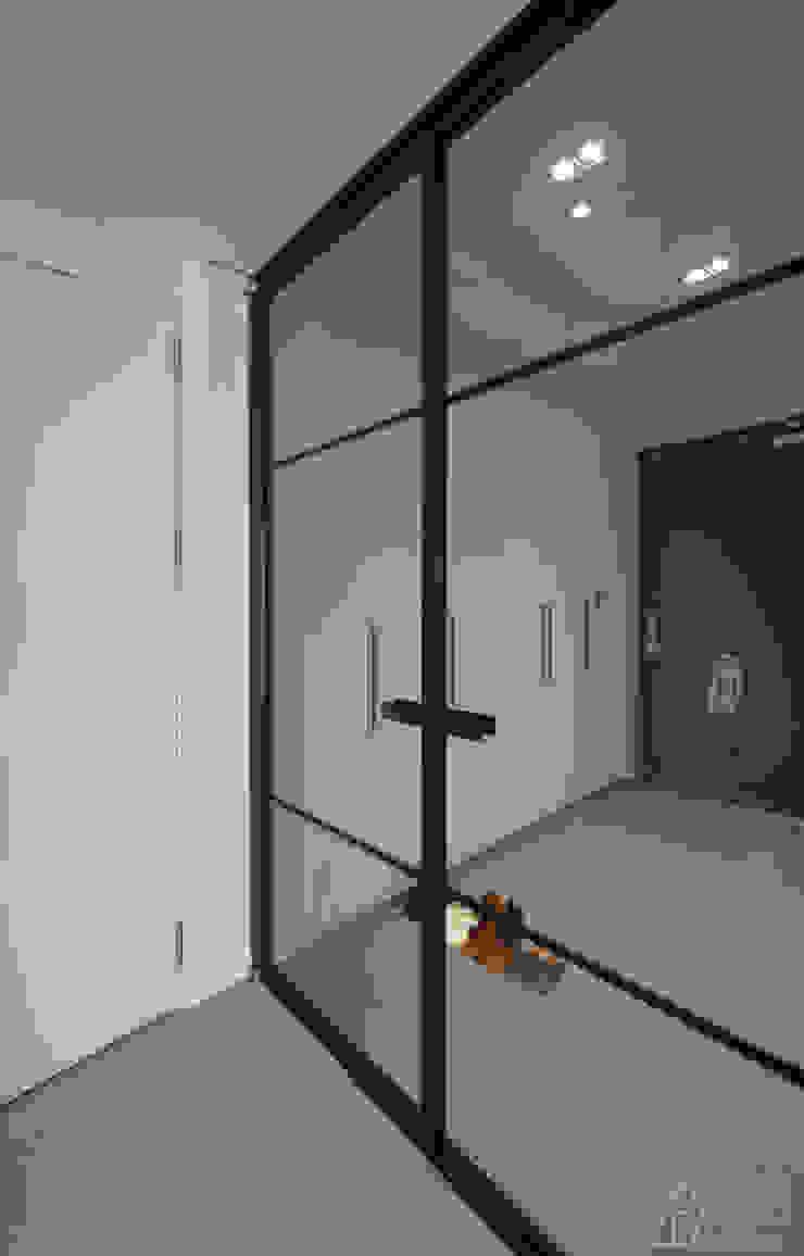 차분한 그레이 인테리어 모던스타일 복도, 현관 & 계단 by 디자인 아버 모던