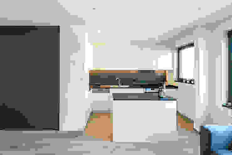 PROJECT JAC - TOTAALRENOVATIE VAN EEN VEROUDERD APPARTEMENT TE BERCHEM Moderne keukens van ICONcept Modern