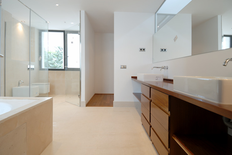 Construir vivienda unifamiliar en Madrid, arquitectura Baños de estilo minimalista de Otto Medem Arquitecto vanguardista en Madrid Minimalista