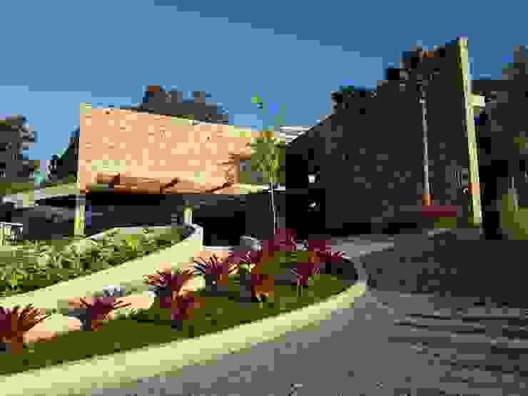 Fachada frontal da casa com pedra madeira - DEPOIS C2HA Arquitetos Casas familiares Pedra