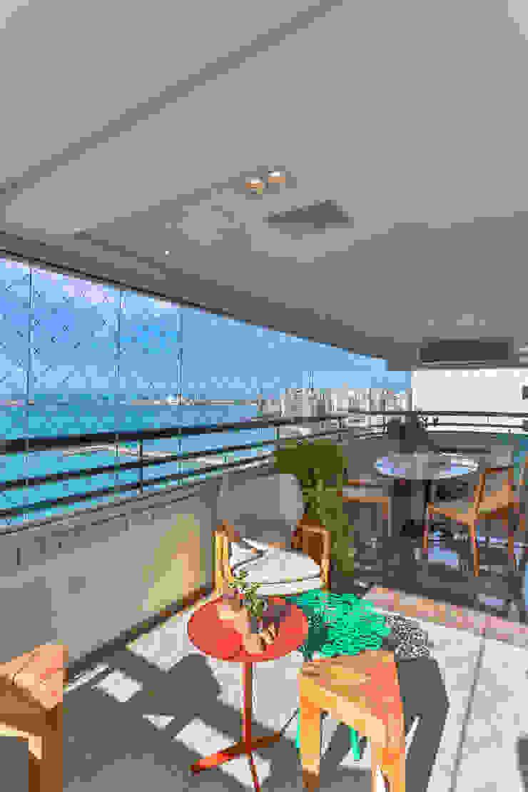 Bloom Arquitetura e Design Modern balcony, veranda & terrace Wood Beige