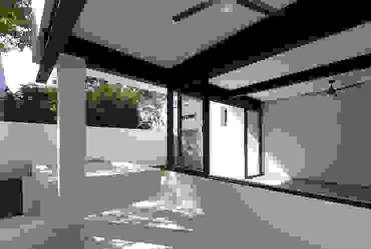 terraza Daniel Cota Arquitectura | Despacho de arquitectos | Cancún Balcones y terrazas modernos Hierro/Acero Blanco