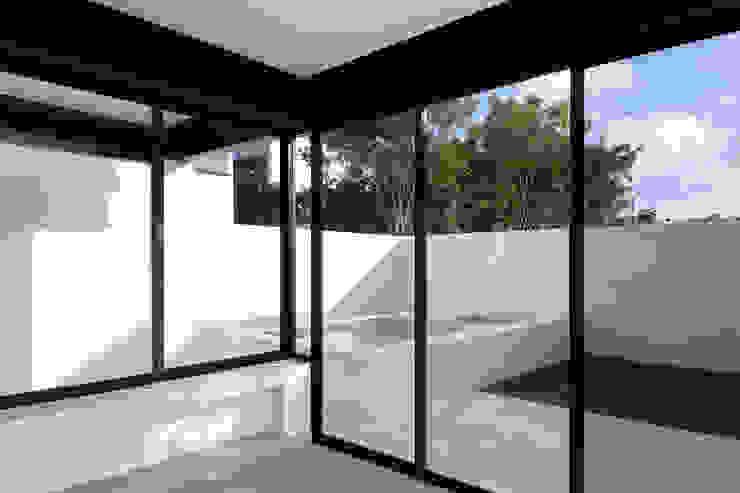 de sala a alberca Daniel Cota Arquitectura | Despacho de arquitectos | Cancún Albercas de jardín Concreto Beige