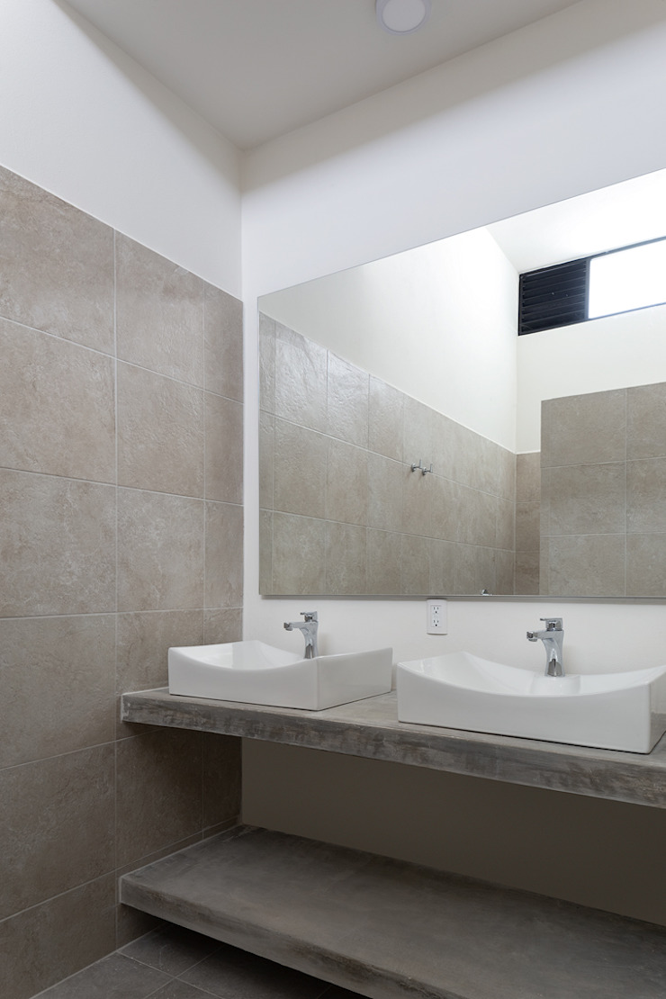 baño Daniel Cota Arquitectura | Despacho de arquitectos | Cancún Baños modernos Azulejos Beige