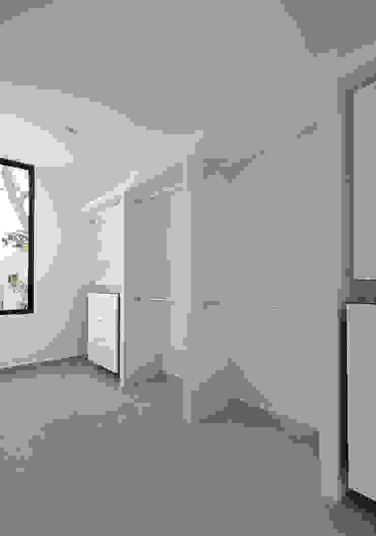vestidor Daniel Cota Arquitectura | Despacho de arquitectos | Cancún Vestidores modernos Madera Blanco