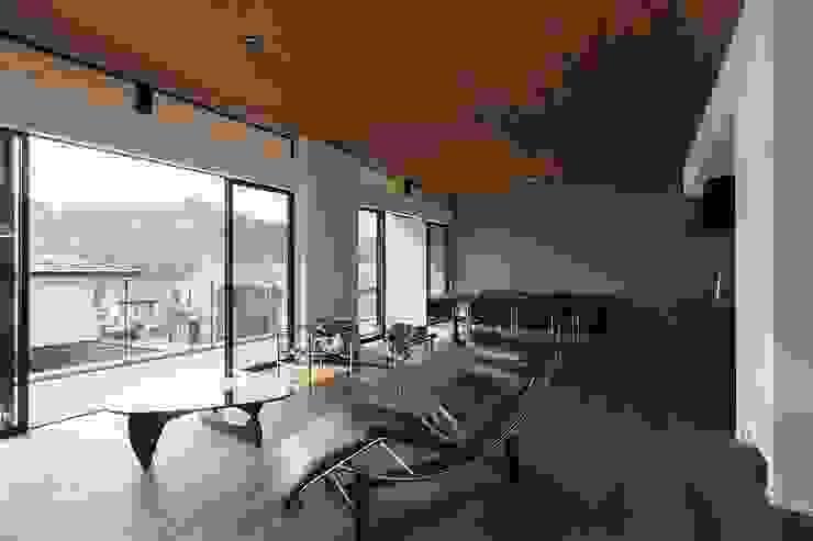 Modern Living Room by 株式会社横山浩介建築設計事務所 Modern