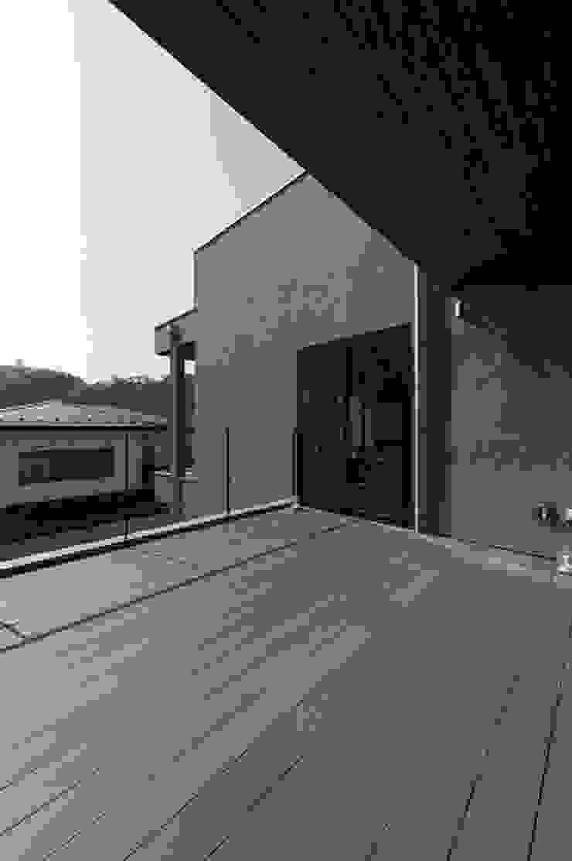 株式会社横山浩介建築設計事務所 Balkon, Beranda & Teras Modern