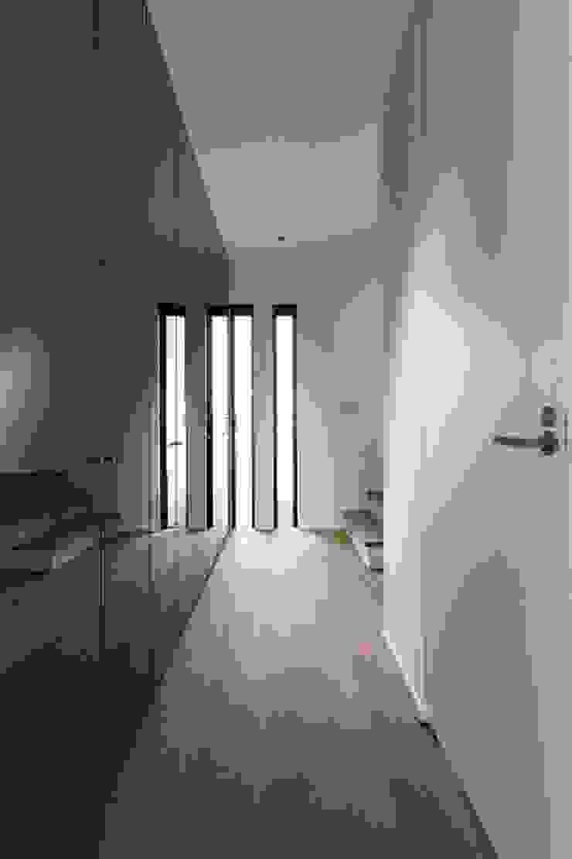 Modern Corridor, Hallway and Staircase by 株式会社横山浩介建築設計事務所 Modern
