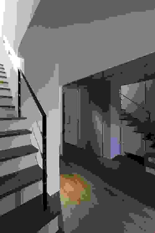 Pasillos, vestíbulos y escaleras modernos de 株式会社横山浩介建築設計事務所 Moderno