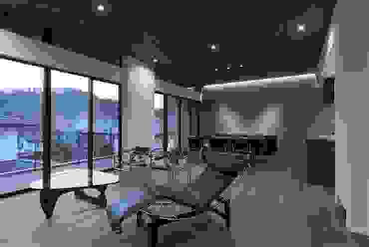 Livings de estilo moderno de 株式会社横山浩介建築設計事務所 Moderno