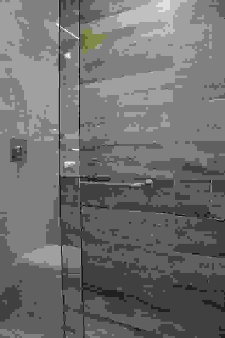 Casas de banho modernas por Graça Brenner Arquitetura e Interiores Moderno Cerâmica