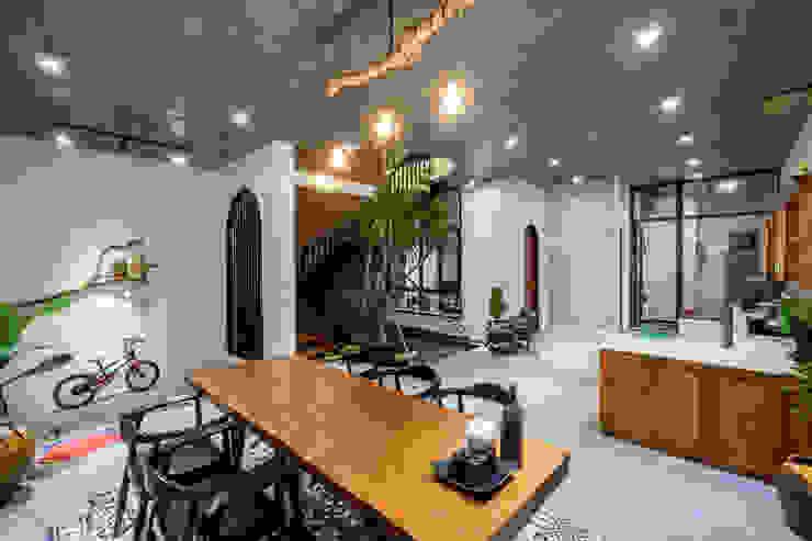 Rustykalny salon od Mét Vuông Rustykalny