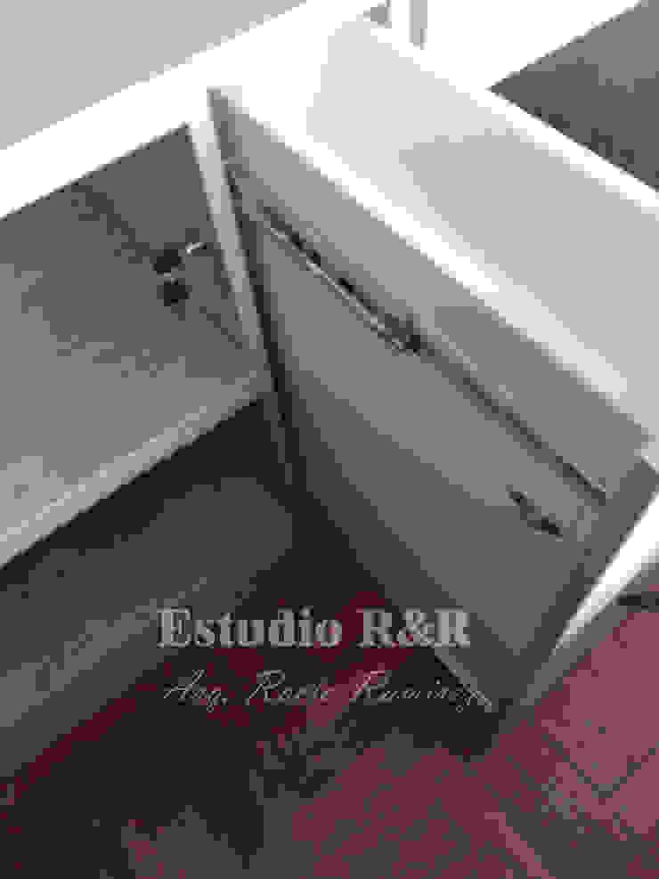 CLOSET INTEGRADO CON FALSA PUERTA de Estudio R&R Moderno Aglomerado
