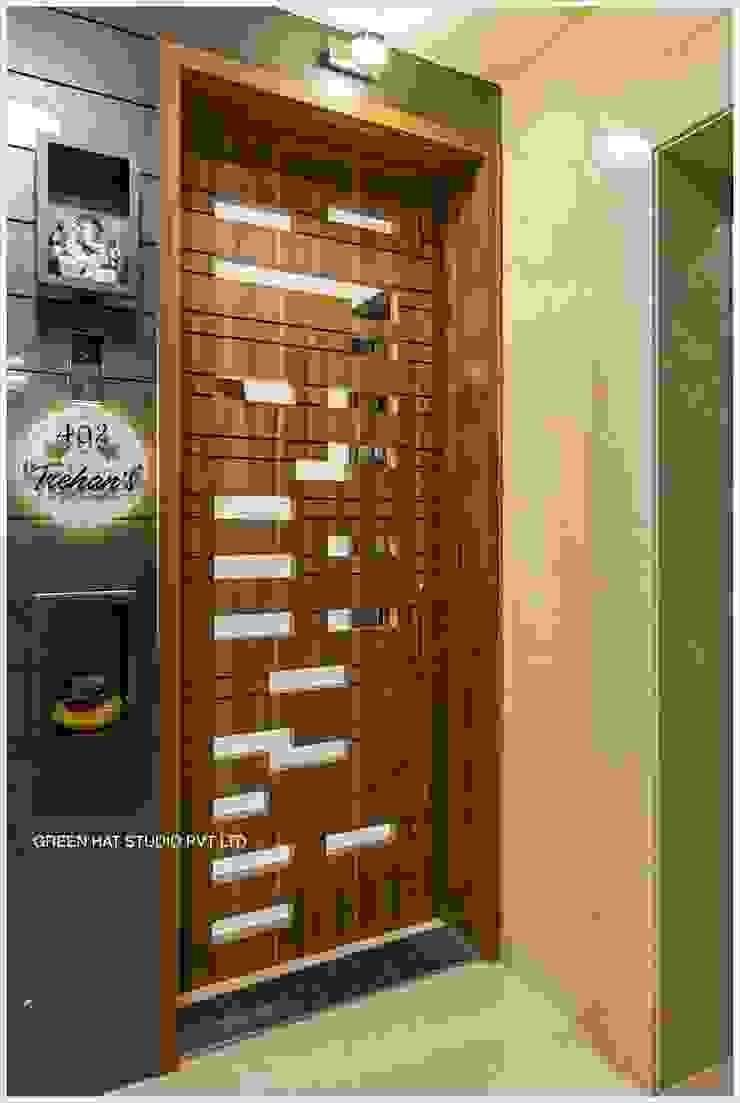 Moderner Flur, Diele & Treppenhaus von GREEN HAT STUDIO PVT LTD Modern