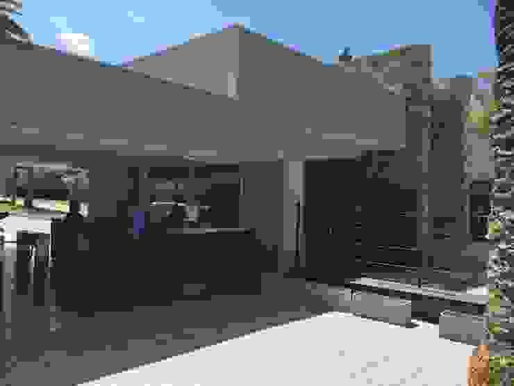Portal acceso, sector peatonal Casas modernas: Ideas, diseños y decoración de Gustavo Avila, arquitecto Moderno Piedra