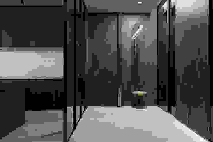Suiten7 Pasillos, vestíbulos y escaleras de estilo minimalista Mármol Marrón