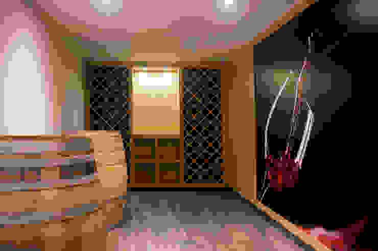 Bodegas de vino de estilo moderno de Pedigree Group Moderno Madera maciza Multicolor