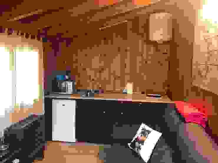 Cocina y salón comedor en espacio abierto de Construcción de casetas de Madera en Madrid Rústico Madera Acabado en madera