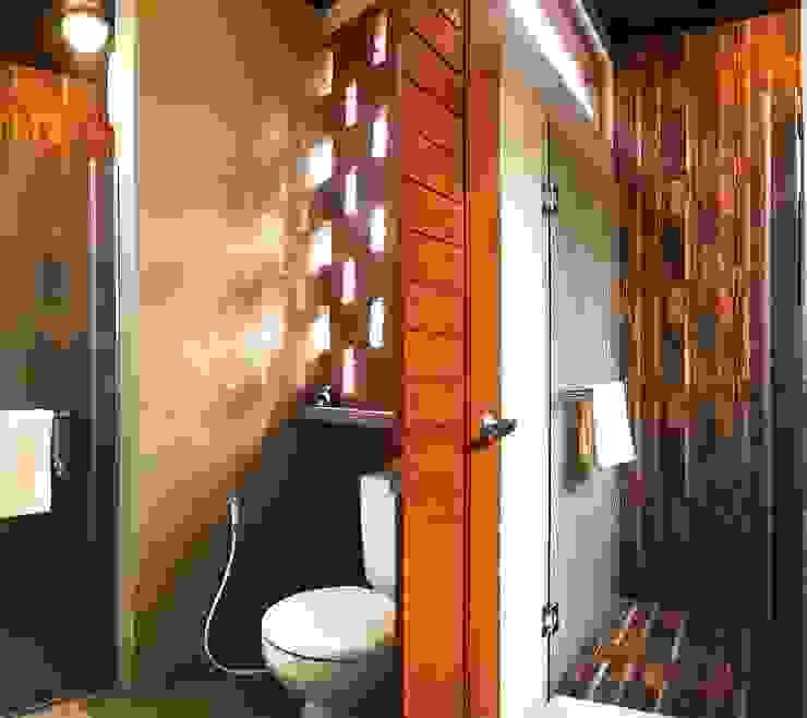 Baños de estilo tropical de Mandalananta Studio Tropical Ladrillos