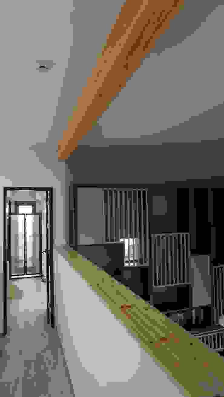 Pasillos, vestíbulos y escaleras de estilo moderno de HOMEPOINT. Moderno