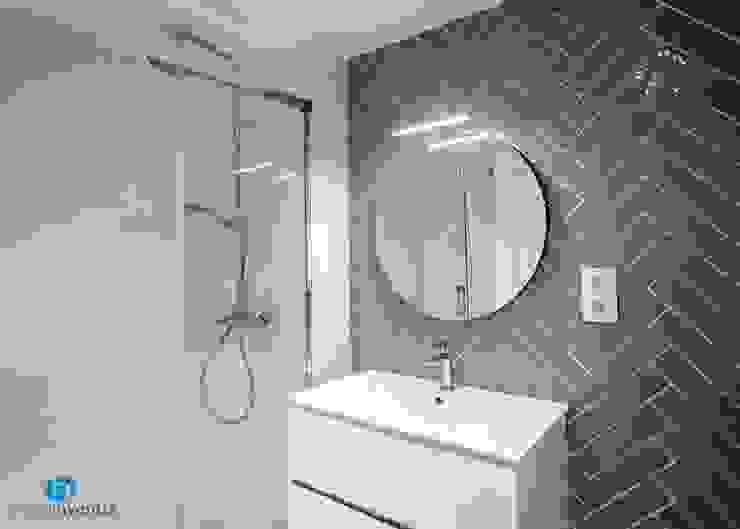 Equipamiento de baño Baños de estilo moderno de Grupo Inventia Moderno Azulejos