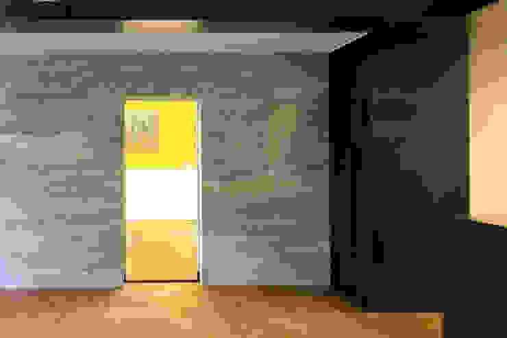 Mooie combinatie van wit marmer met warmgewalst stalen wandbekleding Klassieke kantoorgebouwen van Denk Ruim Over Interieur Klassiek Marmer