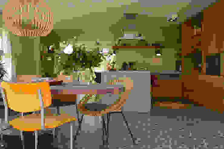 Eethoek met maatwerk keuken van massief eiken en beton Moderne eetkamers van Denk Ruim Over Interieur Modern Hout Hout